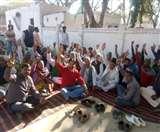 स्कूल में फायरिंग मामले में भाकियू दे रही थाने के सामने धरना, अधिकारी कर रहे वार्ता का प्रयास Agra News