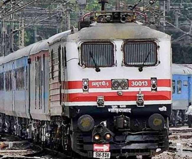 तेजी से बढ़ते कोरोना संक्रमण के मामलों के बीच रेलवे ने ट्रेनों के संचालन को लेकर बयान जारी किया है।