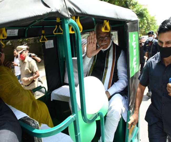 Haryana CM Manohar Lal News: गुरुग्राम आए सीएम मनोहर लाल ने सबको चौंकाया, ऑटो में सफर करते नजर आए