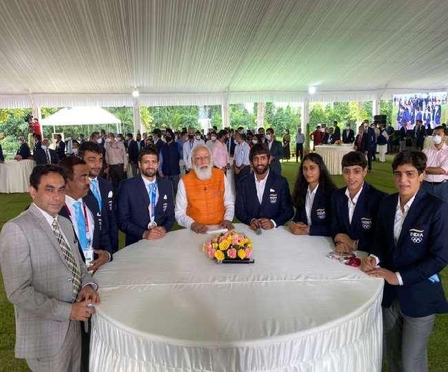 प्रधानमंत्री नरेंद्र मोदी टोक्यो ओलंपिक में शामिल हुए खिलाड़ियों से मिले