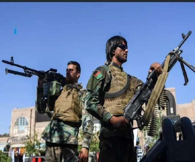 अफगानिस्तान की राजधानी काबुल में लोगों से हथियार जमा कर रहा तालिबान