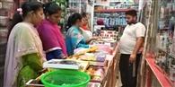 खरीदारी करने और मेहंदी लगाने उमड़ी महिलाएं
