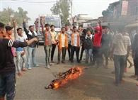 ममता बनर्जी का पुतला जलाकर जताया विरोध