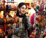 आई रात सुहागों वाली : बाजारों में बढ़ी रौनक, कहीं लग रही मेहंदी तो कईं पूजा सामग्री की खरीद