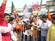 भाजपाइयों ने प्रदर्शन कर राहुल का पुतला फूंका