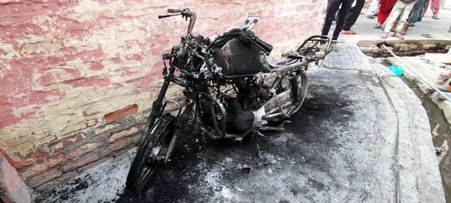मकान के सामने बम फोड़ने से रोका तो रात में बाइकों में लगा दी आग