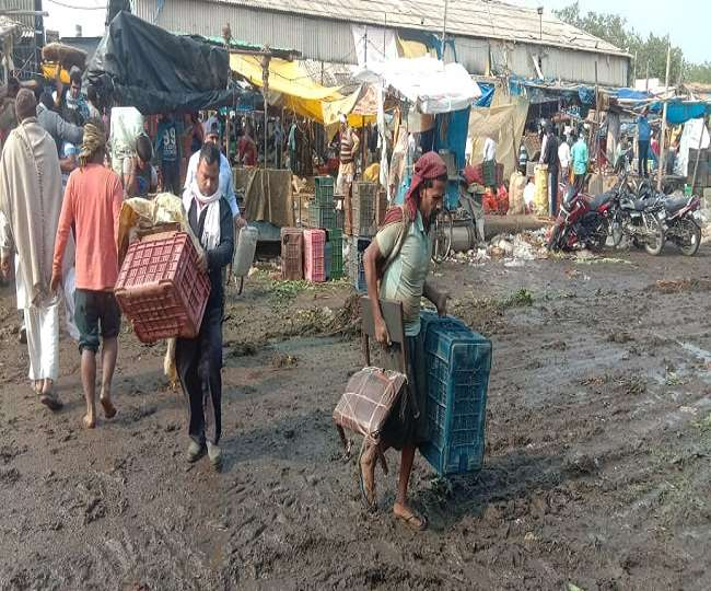 सब्जी विक्रेताओं ने सब्जी मंडी से उठाया अपना सामान।