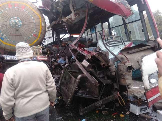 Agra-Moradabad National Highway Big Accident : बुधवार की सुबह सवा दस बजे कोहरा के कारण हुआ हादसा।