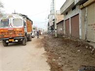 विकास कार्य रोकने पर गांधी रोड के लोगों ने किया प्रदर्शन