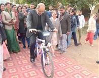 कौशल महोत्सव में साइकिल पर पहुंचे परियोजना निदेशक डॉ. राकेश गुप्ता