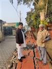 कौन जिम्मेदार.. अलीपुर के राजकीय प्राथमिक पाठशाला की दीवार गिरी