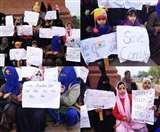 लखनऊ के घंटाघर पर CAA-NRC को लेकर महिलाओं और बच्चों का प्रदर्शन, पुलिस ने बंद की स्ट्रीट लाइट