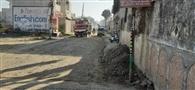 ठेकेदारों ने कईं जगहों पर खोदी सड़कें, लोग हो रहे परेशान
