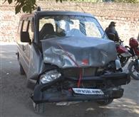 दबिश में जा रही पुलिस की जीप में कार ने मारी टक्कर