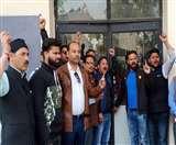 नगर निगम के मुख्य गेट पर पार्षदों ने ताला जड़कर किया विरोध प्रदर्शन nainital news
