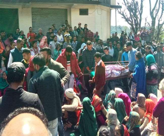 काँगड़ा:धर्मशाला में युवक की मौत मामले में ग्रामीणों ने किया चक्का जाम, शव सड़क पर रखकर प्रदर्शन