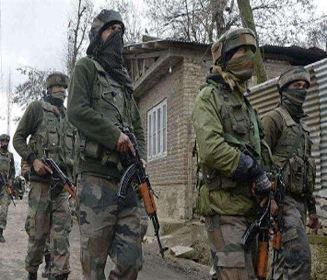 दक्षिण कश्मीर के रावलपोरा शोपियां में आतंकियों के छिपे होने की सूचना पर घेराबंदी कर तलाशी अभियान चलाया।