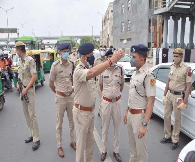 दिल्ली के पुलिस आयुक्त एस एन श्रीवास्तव निर्देश देते हुए।