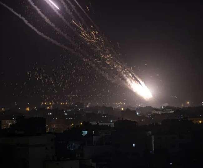 इजराइली लड़ाकू विमानों ने सोमवार को गाजा सिटी में कई जगहों पर भीषण बमबारी की।