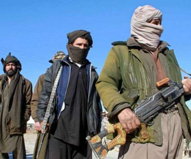 अफगान सरकार और तालिबान में जिलों पर कब्जे को लेकर लड़ाई तेज हो गई है।