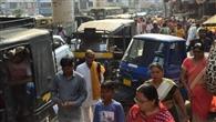 त्योहारों पर दुकानदारों ने बेच दी सड़कें, पुलिस चुनाव में व्यस्त, जाम से बेहाल हुआ शहर