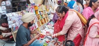 करवाचौथ की पूर्व संध्या पर महिलाओं ने जमकर की खरीदारी