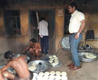 रोशनगढ़ में मिल्क पाउडर से मावा बनाते पकड़ा