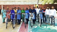 जरूरतमंद विद्यार्थियों को बांटी साइकिलें