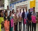 कुल्हड़ व कपड़ों के थैले बांट कर रहे जागरूक Jamshedpur News