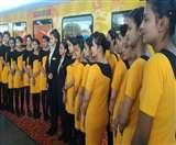 यात्रियों के 'ट्रायल' से असहज हो रही Tejas की होस्टेस, 18 घंटे की देती हैं सर्विस Lucknow News