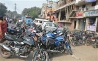 दुकानों के आगे सड़कों पर पार्किंग, लगता है जाम