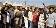 मंडी में सब्जी कुचलने का मामला: सब्जी विक्रेताओं ने किया प्रदर्शन
