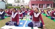 स्कूली छात्राओं ने सिखे योग के गुर