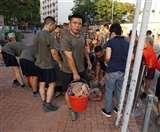 हांगकांग में प्रदर्शन के बीच सड़कों पर उतरे चीनी सैनिक, ईंट और बैरिकेडिंग हटाकर की सफाई
