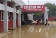 एक करोड़ रुपये खर्च कर चकाचक बनाया था नागरिक अस्पताल, मुख्य द्वार पर भरा रहता है पानी