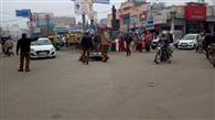 पुलिस ने रोका तो मोटरसाइकिल बीच सड़क पर गिरा भागे युवक, चालान काटा