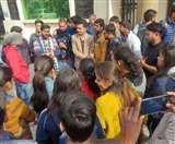 कॉलेजों की मनमानी के खिलाफ आयुर्वेद छात्रों ने विश्वविद्यालय में किया हंगामा Dehradun News