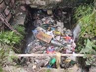 शहर के हीरा नगर में नालों से पानी का निकासी बंद से लोग परेशान