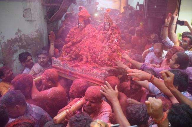 विवाह के उपरांत रंगभरी एकादशी की तिथि पर भगवान शंकर, माता पार्वती का गौना कराते हैं।