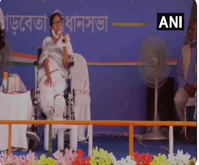 मेदिनीपुर जिले में जनसभा को संबोधित करते हुए बंगाल की मुख्यमंत्री व तृणमूल कांग्रेस सुप्रीमो ममता बनर्जी