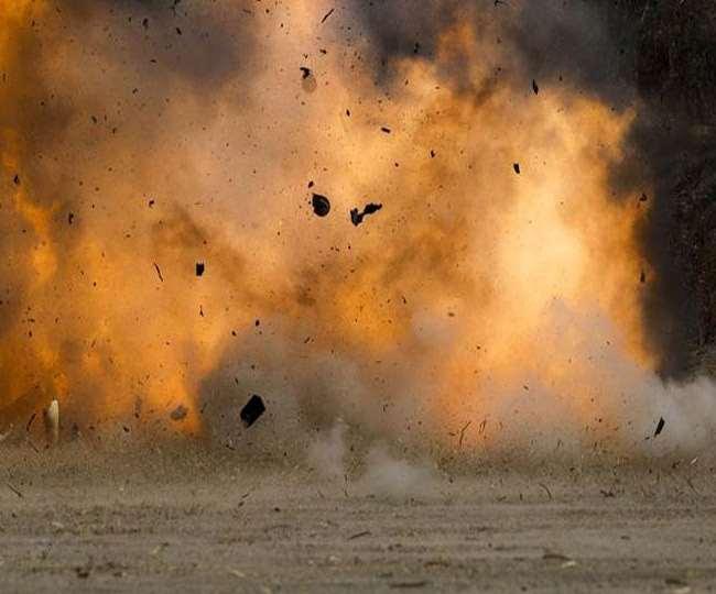 घटना रायपुर से करीब 450 किमी दूर स्थित कुटरू पुलिस थाना क्षेत्र में सुबह करीब साढ़े नौ बजे हुई