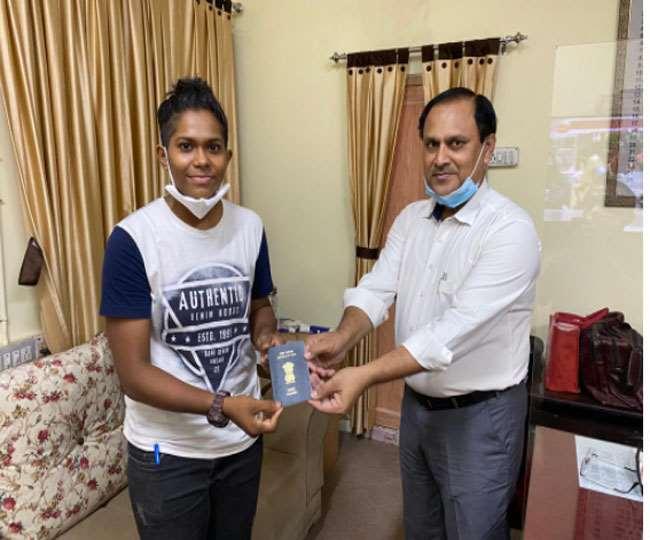 महिला क्रिकेटर इंद्रानी राय को पासपोर्ट प्रदान करते क्षेत्रीय पासपोर्ट अधिकारी बिभूति भूषण कुमार।