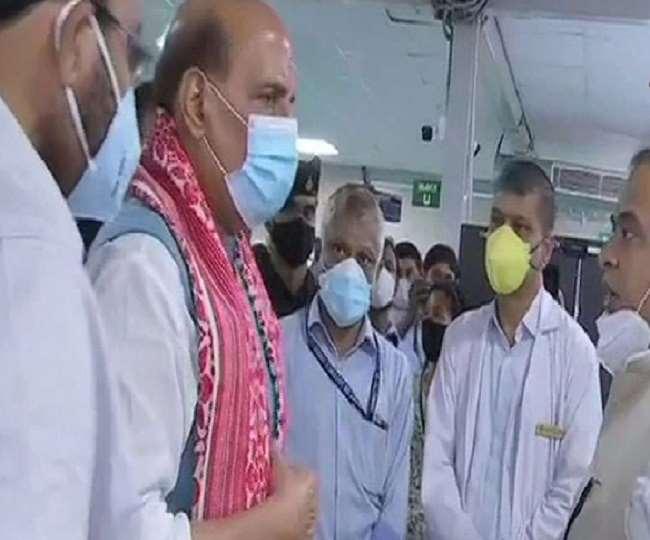 डीआरडीओ अस्पताल का निरीक्षण करते हुए रक्षा मंत्री राजनाथ सिंह