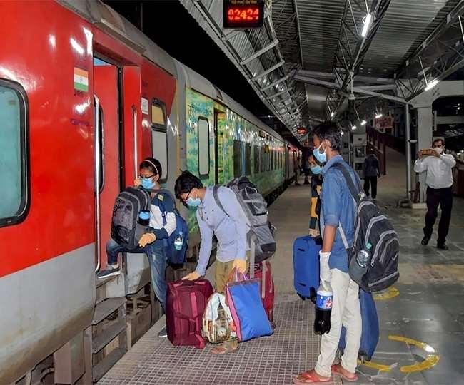 रेलवे ने एक बार फिर कई स्पेशल ट्रेन चलाने की घोषणा की है (फाइल फोटो)