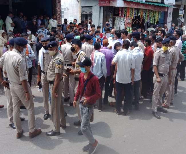 पुलिस चौकी के पास मिली वार्ड पंच की लाश, ग्रामीणों ने किया प्रदर्शन