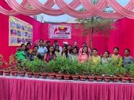 500 लोगों को वितरित किए तुलसी के पौधे