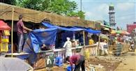 प्रशासन के निर्देश पर दुकानदारों ने हटाया दुकान,आक्रोश
