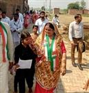 महिला प्रत्याशियों ने व्रत रख किया प्रचार, चलती गाड़ी में लगवाई मेहंदी महिला समर्थकों के साथ कथा सुन की पूजा