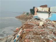 कटान ने मचाई तबाही, दो दर्जन से अधिक मकान गंगा में विलीन
