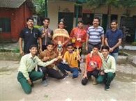 स्कूल पहुंचने पर विजेता खिलाड़ियों का सम्मान